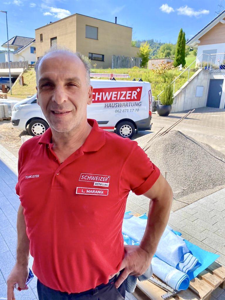 Poloshirt mit Logo und Namen für die Schweizer Reinigung und Hauswartung - Firmenbekleidung Arbeitskleidung von Flexdress Stickerei Schweiz